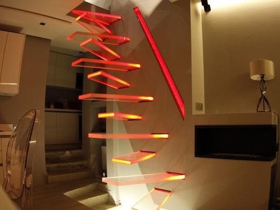Un voladizo original que enciende las escaleras de cristal