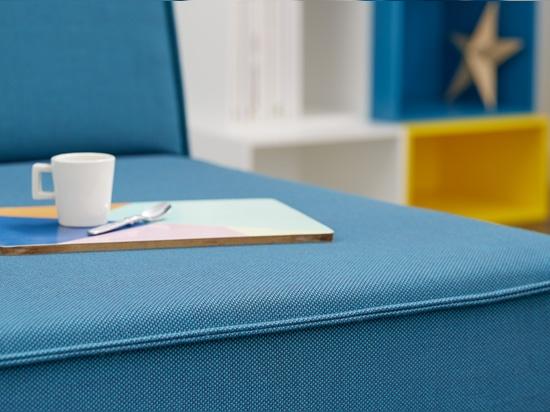 Sofá con la cubierta azul del sofá