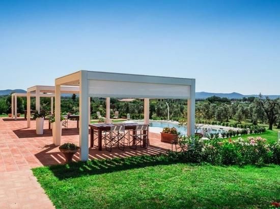 En el alto Maremma, la pérgola bioclimática Kedry Prime de KE transforma una casa de campo en una confortable casa familiar