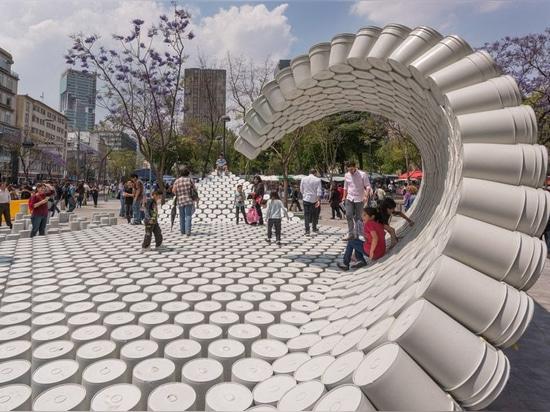 Un grupo de diseñadores creó una onda hecha de los cubos para un festival de la arquitectura en Ciudad de México