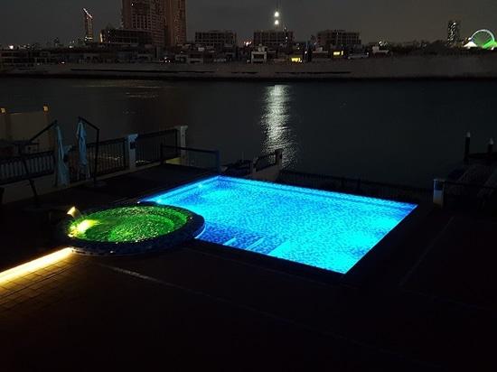 Piscina al aire libre en un chalet privado en Abu Dhabi