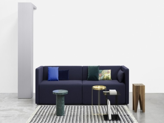 Sofá de Kermán, alfombra de Iza y taburete de Backenzahn por e15. Cortesía de la marca.