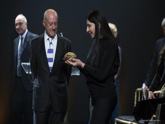 El premio de Scopus para Norman Foster, diseñado por el artista Marina Ambramovic del funcionamiento