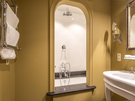 Una ojeada en uno de los cuartos de baño hermosos