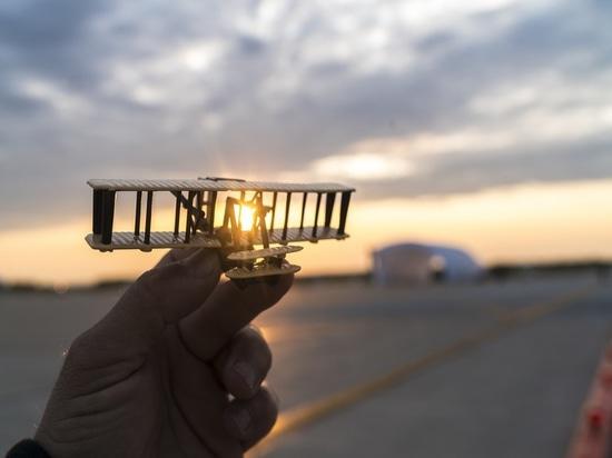 Dayton, Ohio, los E.E.U.U., el 21 de mayo de 2016: El Solar Impulse aterrizó con éxito en Dayton, Ohio con André Borschberg en los controles. Salido de Abu Dhabi el 9 de marzo de 2015, el vuelo alr...