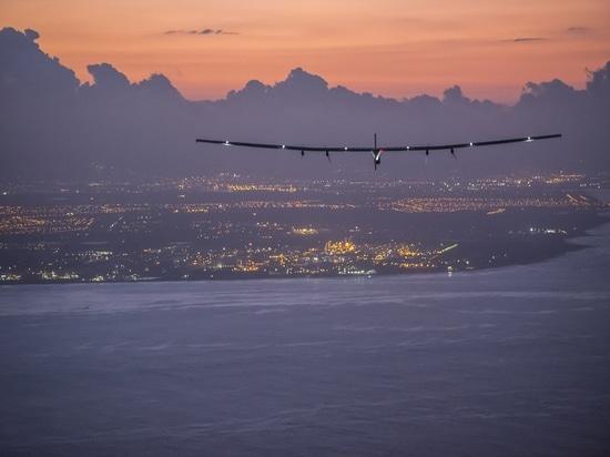 Hawaii, los Estados Unidos de América, el 28 de junio de 2015: Impusle solar 2 tierras en Hawaii con André Borschberg en los controles.
