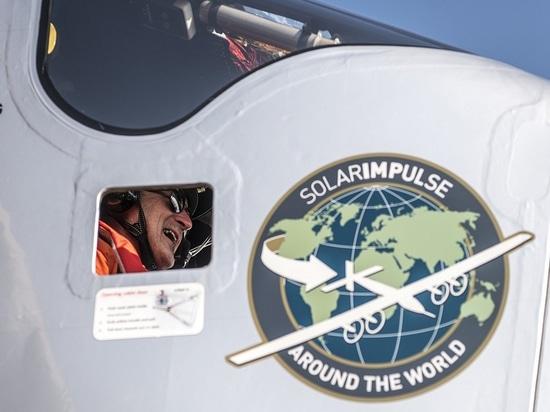 El Cairo, Egipto, el 13 de julio de 2016: El Solar Impulse aterrizó con éxito en El Cairo después de 2 días de vuelo con André Borschberg en los controles.