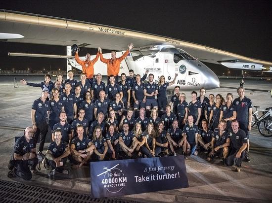 Abu Dhabi, UAE, el 26 de julio de 2016: El Solar Impulse aterrizó con éxito en Abu Dhabi con Bertrand Piccard en los controles,