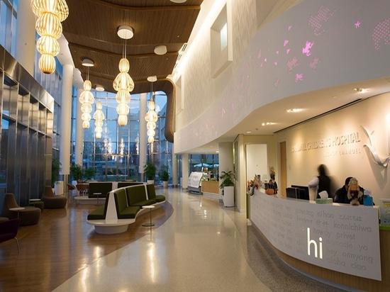 El hospital del Randall Children en Portland, Oregon, ofrece varias luces pendientes del tótem diseñadas por Burkhard Dämmer y Mariví Calvo para las lámparas de LZF. © Luziferlamps S.L. de la foto.