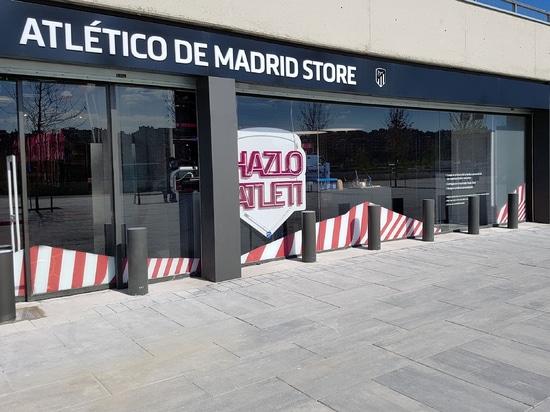 La seguridad reforzó los bolardos para la tienda de Atletico Madrid