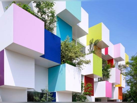 Las cajas y las plantas coloreadas cubren el último banco de Sugamo Shinkin de Emmanuelle Moureaux