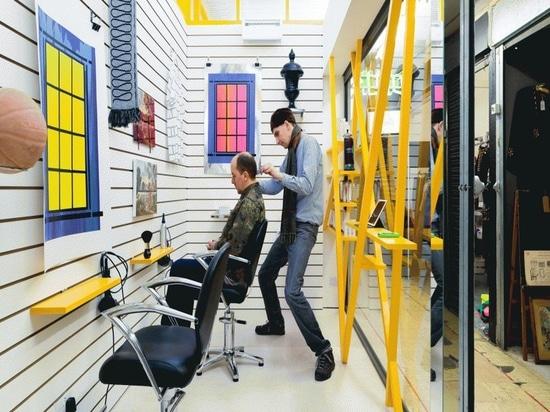 Proyector del diseño interior: Peluquería de Peckham de los diseños de Sam Jacob donde los clientes miran las ilustraciones en vez de ellos mismos