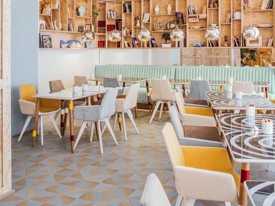Proyector del diseño interior: Colores brillantes en el comedor en la broma Astotel del hotel para abrir el apetito.