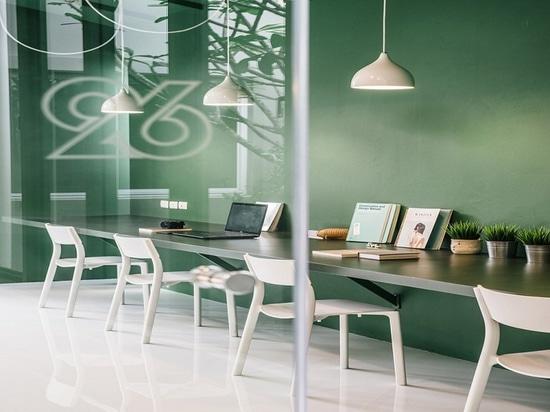 Proyector del diseño interior: Sensación relajada en el espacio de trabajo y el pasillo para una compañía de la producción de la TV en Bangkok por Anonymstudio
