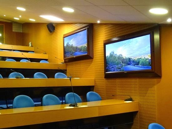 La ventana virtual en una sala de reunión sin ventana