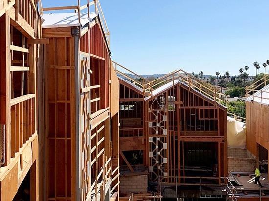 El primer proyecto de los E.E.U.U. de los arquitectos ENOJADOS, un pueblo residencial de la cumbre, remata hacia fuera en Beverly Hills