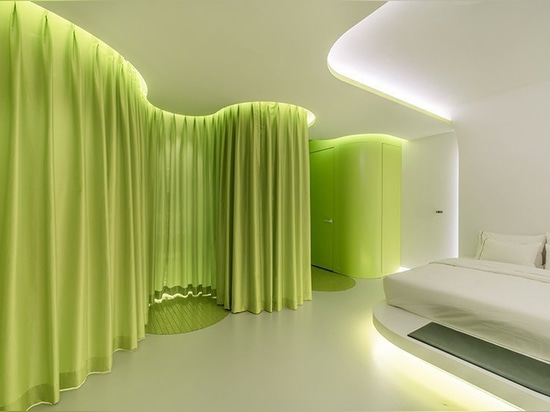 La habitación del verde lima de SML se asemeja a una cabina futurista de la nave espacial