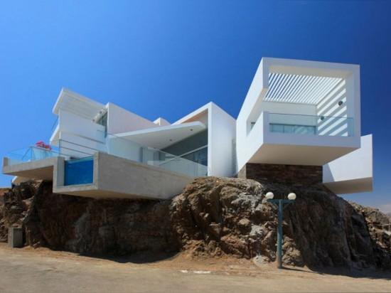 Los volúmenes que resaltan dan a esta casa opiniones de océano panorámicas