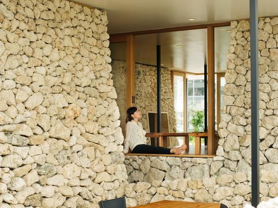 Los apilados de piedra caliza de Ryukyu cubren este restaurante en Okinawa