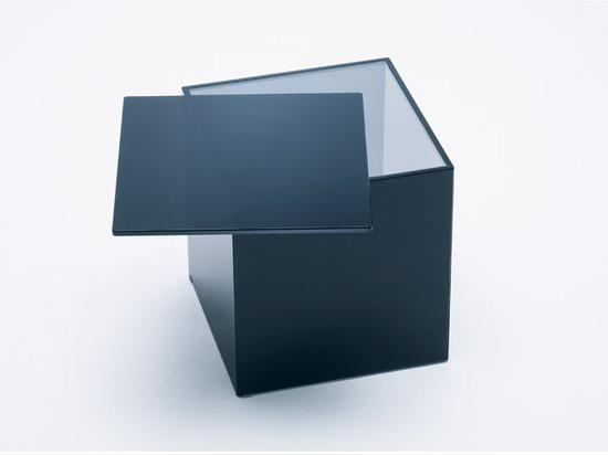 Nendo cambia de puesto estantes y las superficies para los muebles del vidrio de diapositiva