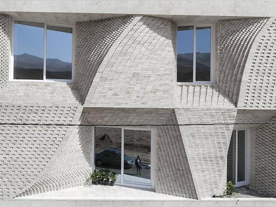 el edificio del travertino en el mahallat, Irán, es adornado por los modelos del ladrillo, por el estudio del caat