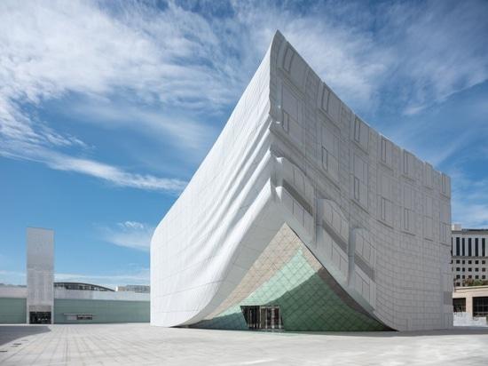 Complejo del ocio de los clads de MVRDV con fachadas e impresiones de oro de estructuras circundantes