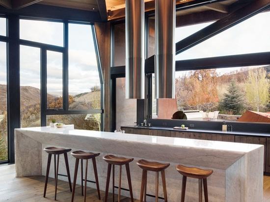 Esta nueva casa revestida en la alteración por los agentes atmosféricos del acero se sienta en una ladera en Colorado