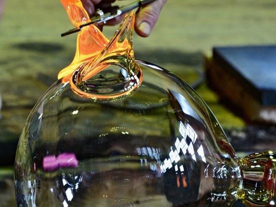 En las fabricaciones del vidrio (SipekTeam)