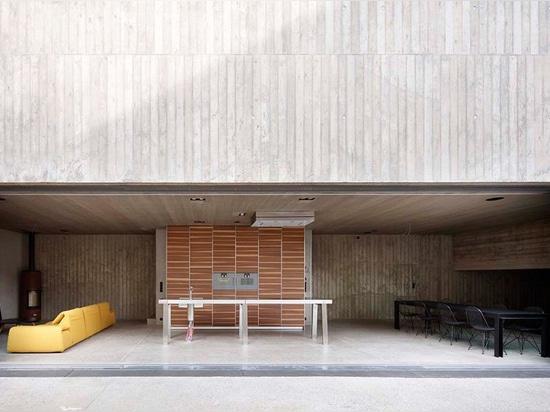 la casa unifamiliar penetra en 2001 como un monolito concreto de la tierra