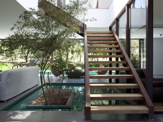 casa de campo brasileña contemporánea integrada en la naturaleza, por el roig del deborah
