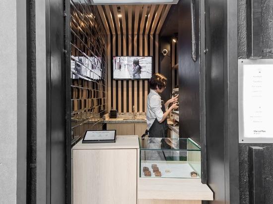 Esta cafetería minúscula fue creada de una pequeña puerta de servicio inusitada