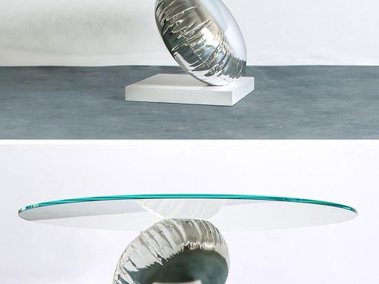 Tabla de Duffy London Has Designed A que es una interpretación juguetona de la flotabilidad y de la balanza