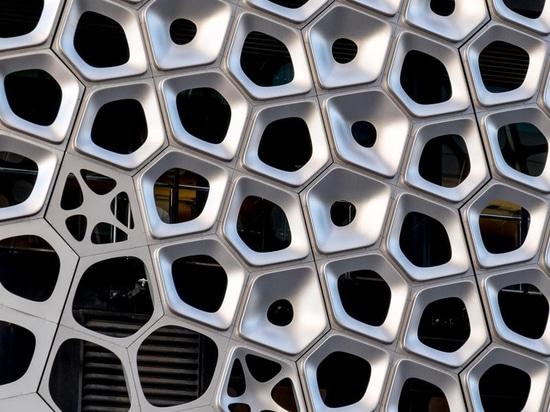 Los 2500 paneles de aluminio componen esta fachada escultural del artista australiano Alexander Knox