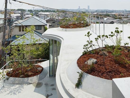 el hata del tomohiro construye la 'casa de tierra' en respuesta a la densidad de Osaka
