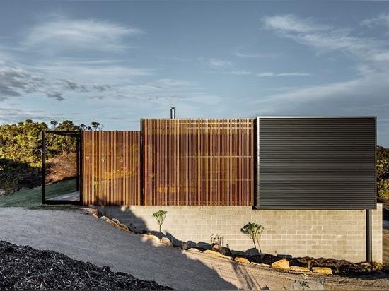 La casa de playa prefabricada de Saint Andrews por el prebuilt se acurruca entre las dunas de arena de Victoria