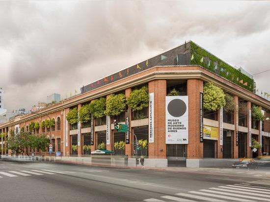 la escalera escultural conecta el museo MSGSSS-renovado del arte moderno en Buenos Aires