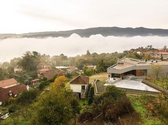 los martins de Pablo construyen la casa de GR de formas irregulares en Portugal