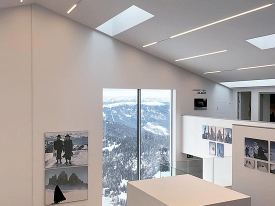 el museo del lumen de la fotografía de la montaña se sienta encima de las dolomías