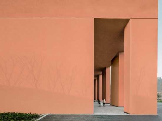 David Chipperfield integra el museo rojo de la natural-historia en la tierra que se inclina