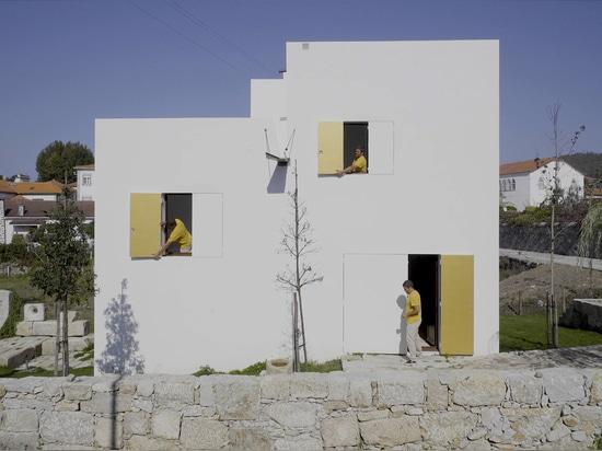 """Guilherme Machado Vaz diseña la casa blanca geométrica como """"escultura abstracta"""""""