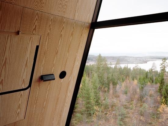 Espen Surnevik eleva pares de cabinas de la copa en los zancos en bosque noruego