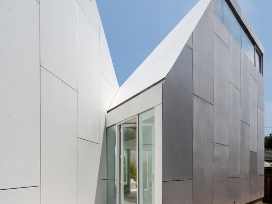Los volúmenes tallados rodean el patio en la casa de FreelandBuck segundo