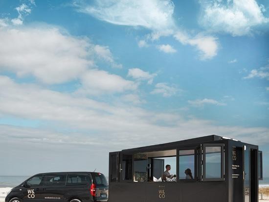 La vaina de Nova es una oficina de co-trabajo por energía solar en las ruedas