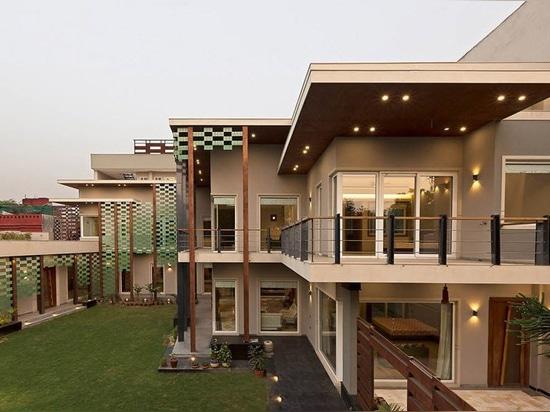 los arquitectos del anagrama revisitan la tipología de la casa de planta baja en residencia de cuatro camas en la India
