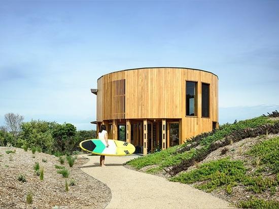 la casa de la playa circular de los maynard de Austin se recluye entre las dunas costeras de Australia