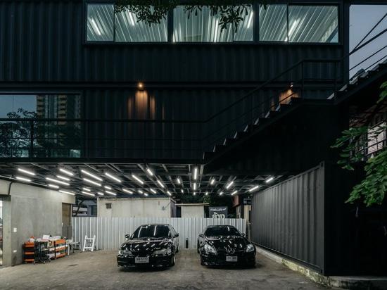 el archimontage apila los contenedores para formar el centro del 'carcare' en Bangkok