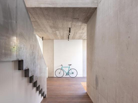 Chris Dyson transforma el taller del este descuidado de Londres en los apartamentos modernos del desván