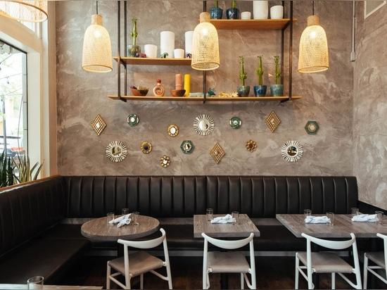 proyecto Latino-inspirado del Barra-restaurante en la hazaña de Denver. JOI Twenty Upholstered Chairs por TOOU.