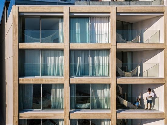 Bernardes Arquitetura renueva el hotel de la playa Arpoador de Río