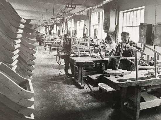 Al igual que todas las empresas fabricantes de sillas de la región, Wilkening & Hahne fue básicamente un gran taller hasta mediados de la década de los 50.